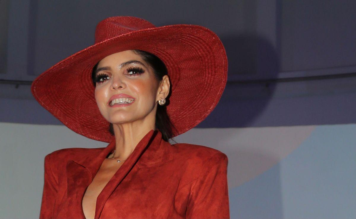 Ana Bárbara en las conferecias previas a los premios Latin Billboard.