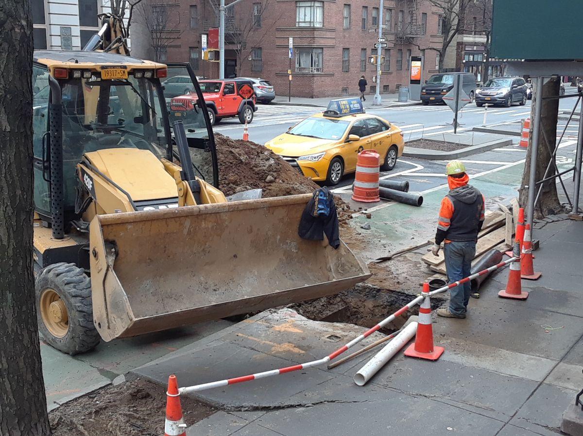 Obreros reparando una calle del Greenwich Village, NYC.