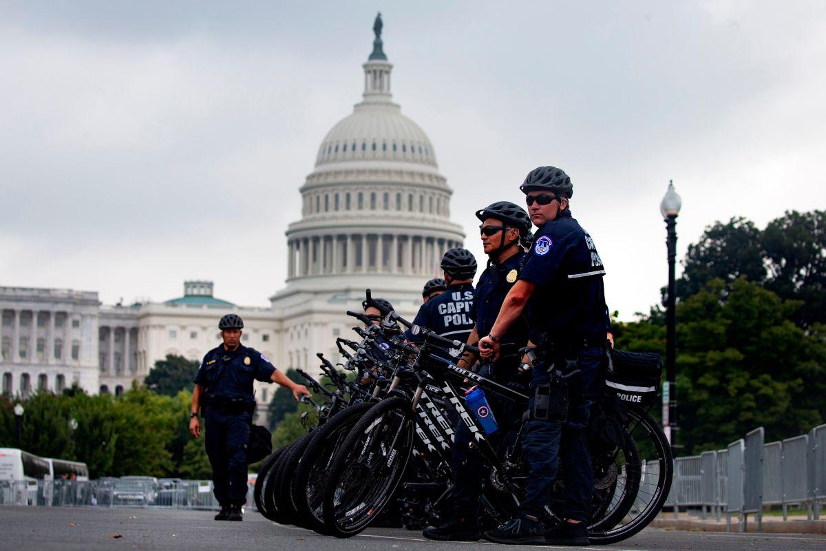Oficiales de la policía en el exterior del Capitolio federal este sábado.