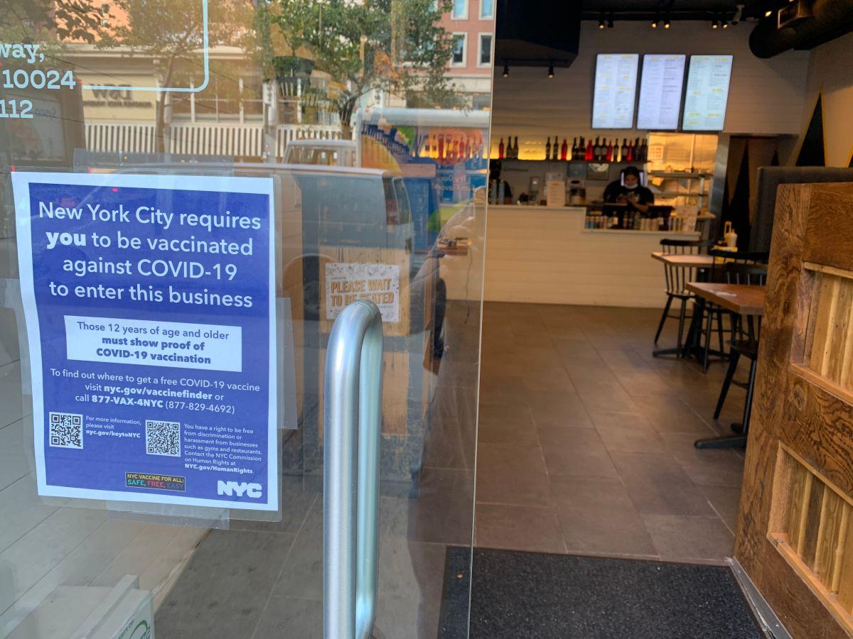 Entra en vigor prohibición de acceso de no vacunados a restaurantes interiores en NY