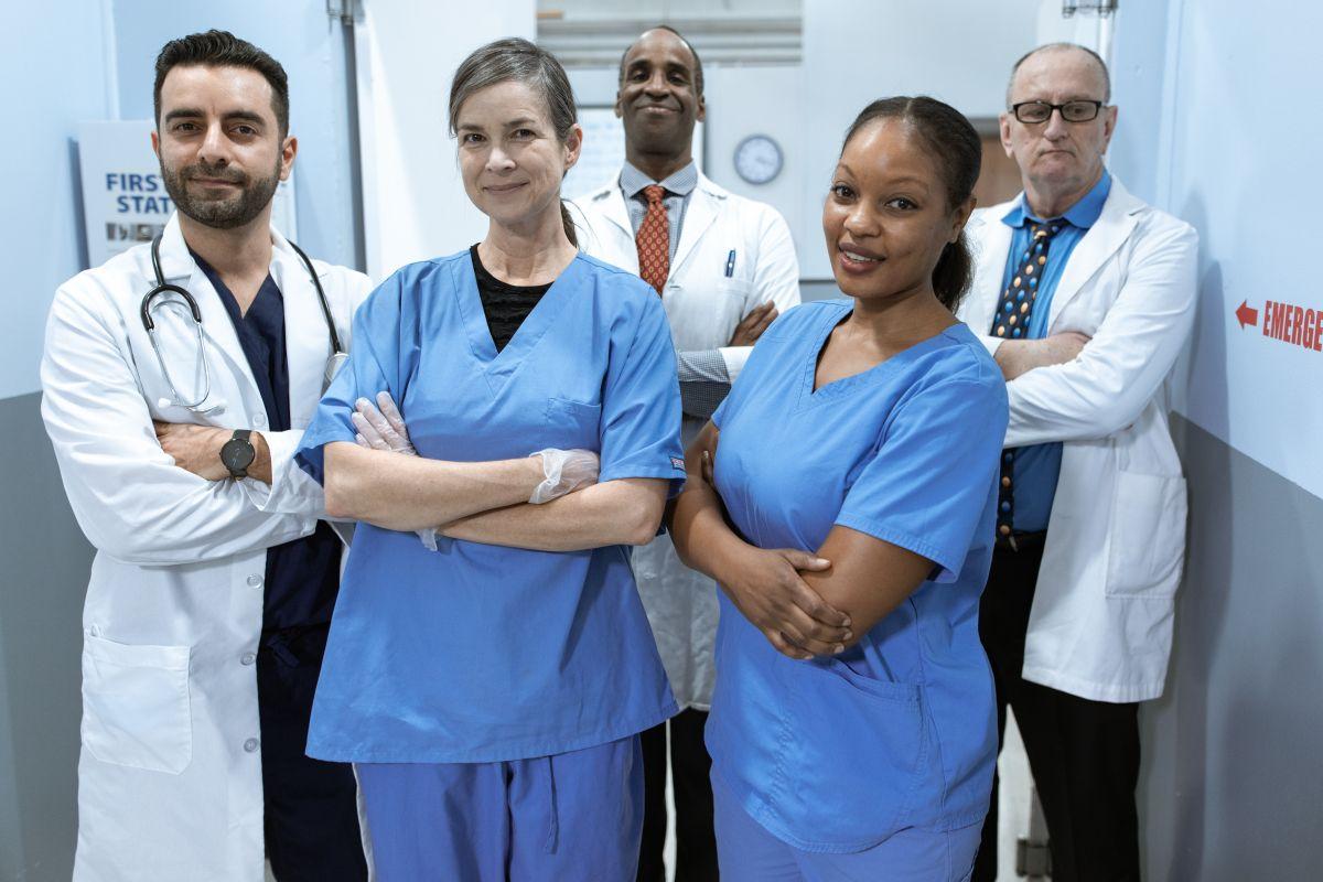 Debido al envejecimiento de la población en EE.UU., se prevé una mayor demanda de empleos en el área de la atención médica.