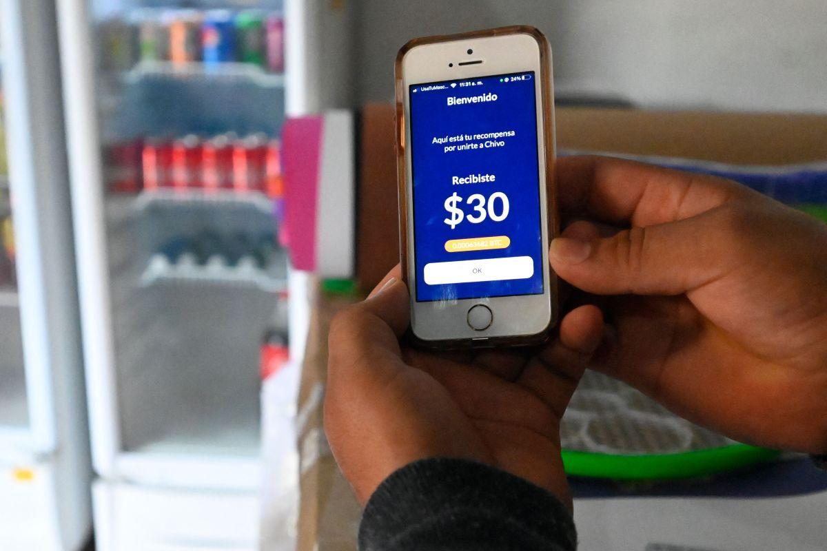 """Los salvadoreños que bajan la aplicación de la """"Chiva wallet"""" reciben $30, pero ha resultado totalmente impráctica y ha provocado pérdidas a comerciantes."""