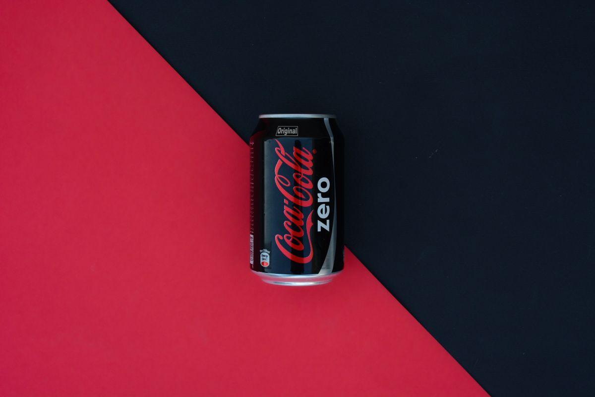 De acuerdo con la compañía, la receta de Coca-Cola Zero contiene 9 ingredientes. Entre los elementos más preoucupantes se encuentra el uso de endulcorantes artificiales que dañan la salud, como el aspartamo y el acesulfamo de potasio.