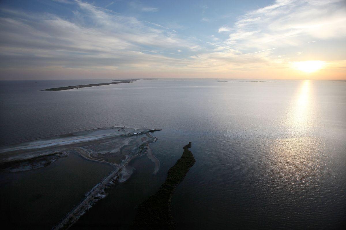 La NHC emitió una alerta de huracán para la costa de Texas desde el puerto Aransas hasta Sargent.