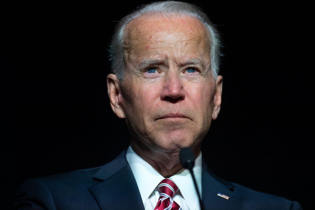 El presidente Joe Biden baja en aprobación entre toda la población.