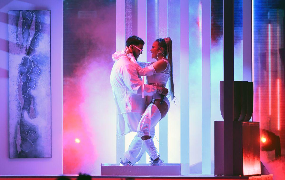 Karol G en el escenario y en los brazos de Anuel AA, cuando aún eran novios en 2019.