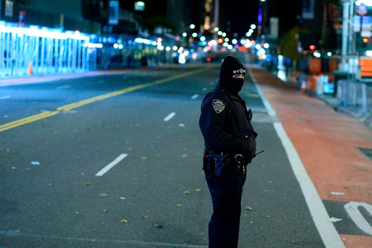 Una oficial del NYPD en una calle de Manhattan.