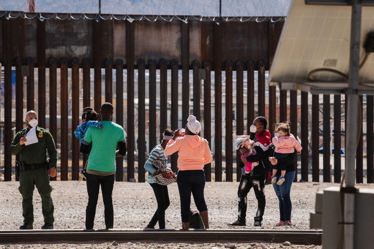 Los agentes encontraron una nota debajo del portabebés que explicaba que los dos menores eran hermanos y oriundos de Honduras.