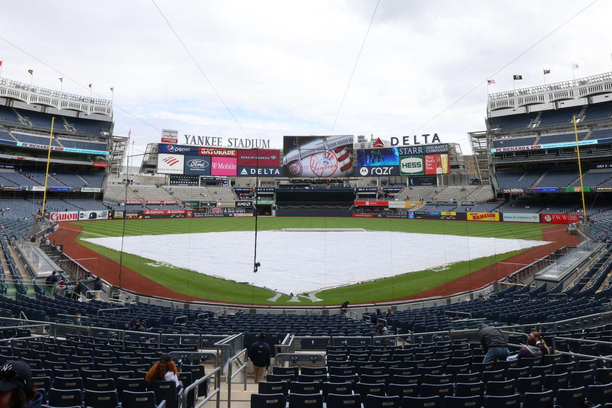 Las fuertes lluvias causaron inundaciones en el terreno del Yankee Stadium.