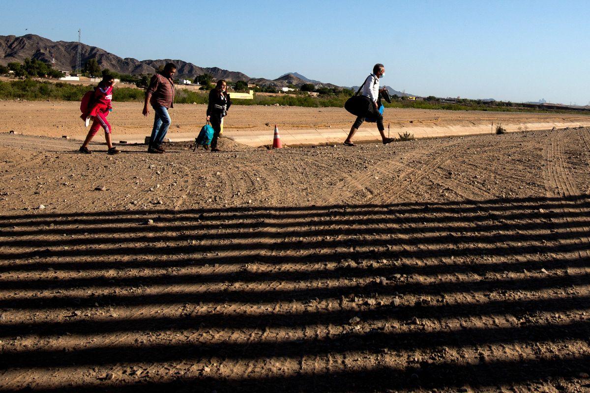 Inmigrantes colombianos se entregan a las autoridades en Yuma, Arizona.