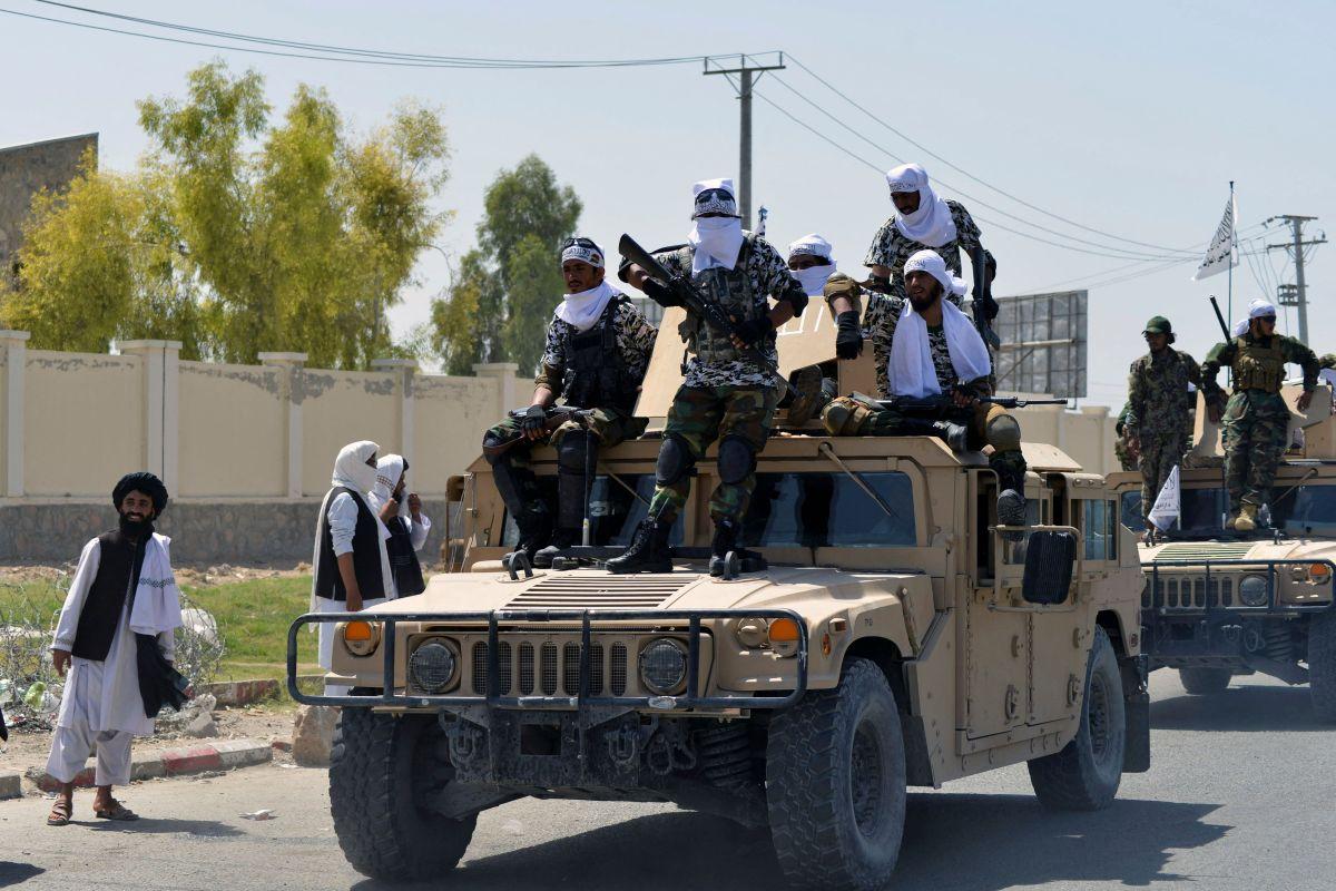 Talibanes en vehículos Humvee durante un desfile por las calles de Kandahar, en Afganistán.