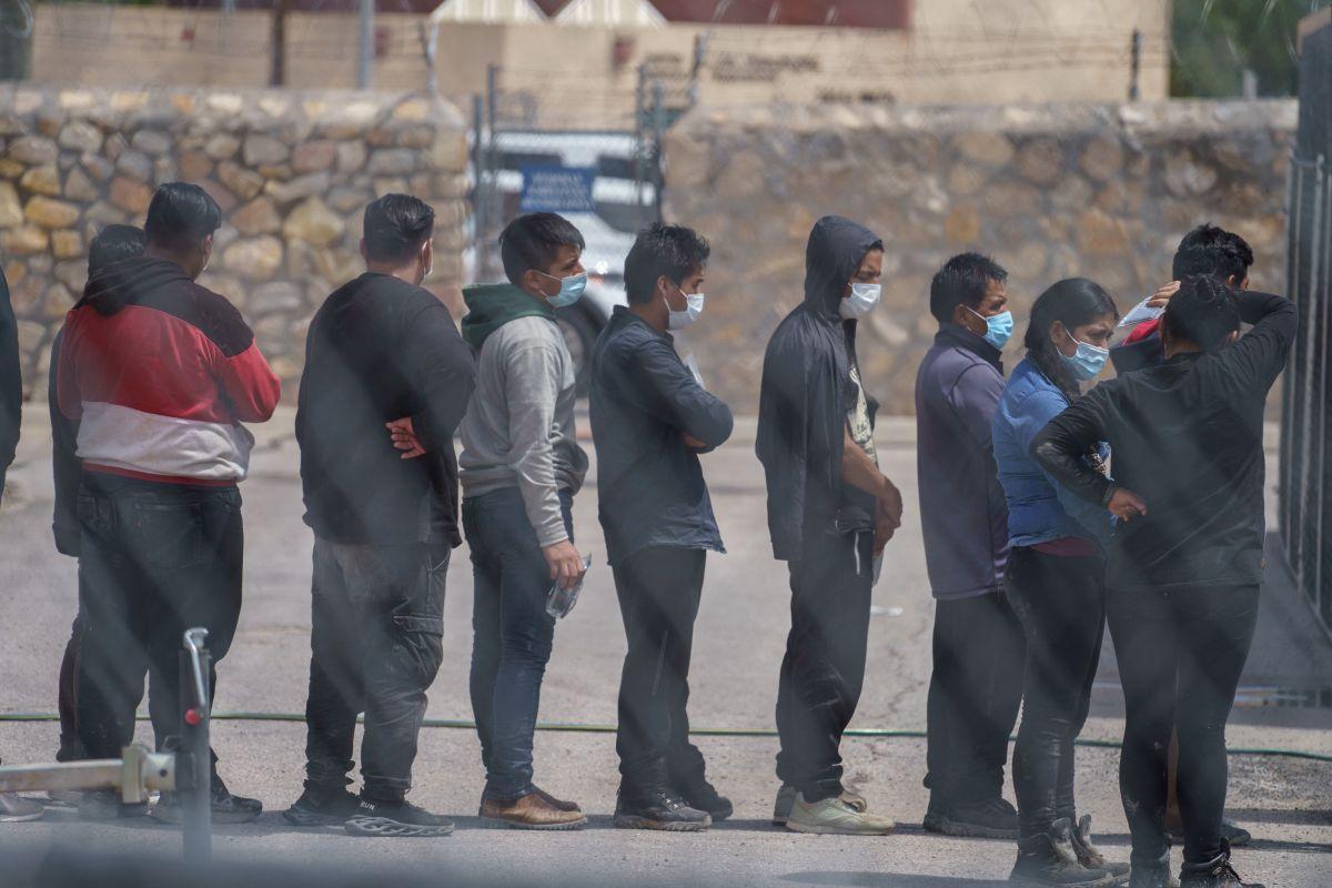 Migrantes procesados por las autoridades estadounidenses antes de ser regresados a México bajo Título 42.
