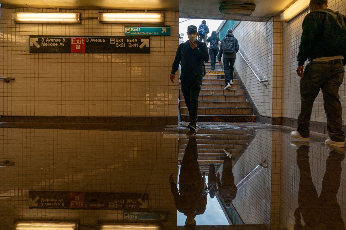 El Metro reabrió hoy con servicio limitado y estaciones anegadas.