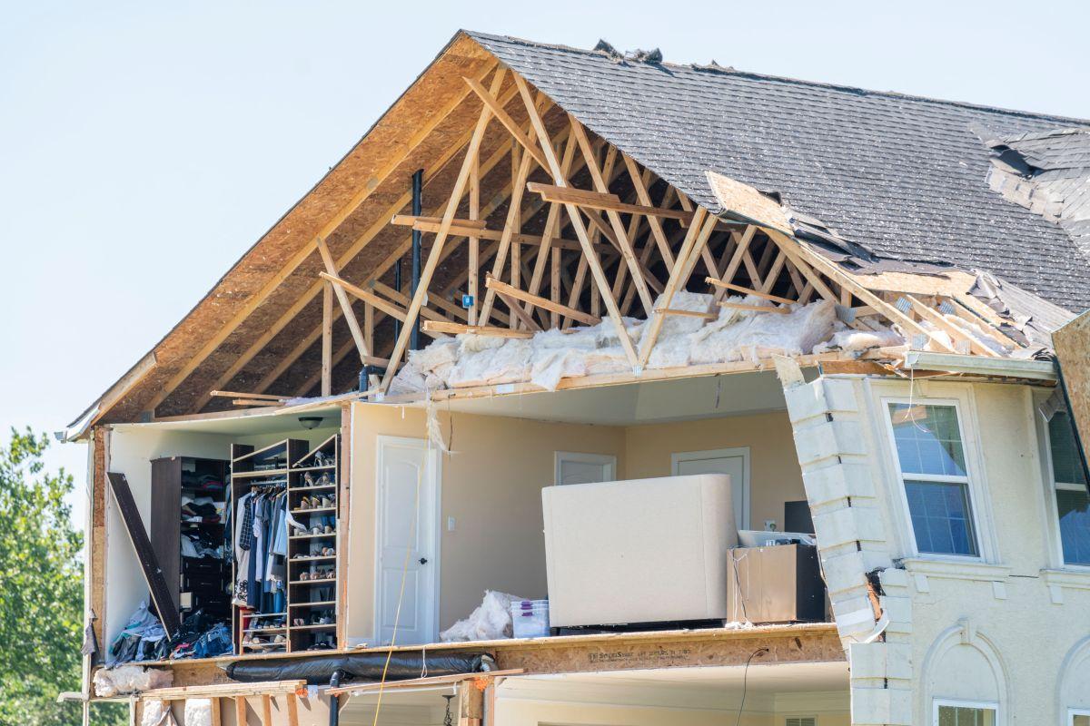 Una casa dañada por un tornado se ve en Mullica Hill, Nueva Jersey, el 2 de septiembre después de que las lluvias récord traídas por los restos de la tormenta Ida azotaran el área.