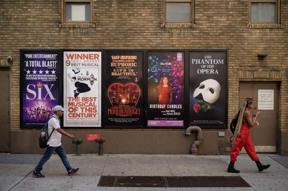 Carteles de shows en Broadway, que reabrió esta semana.
