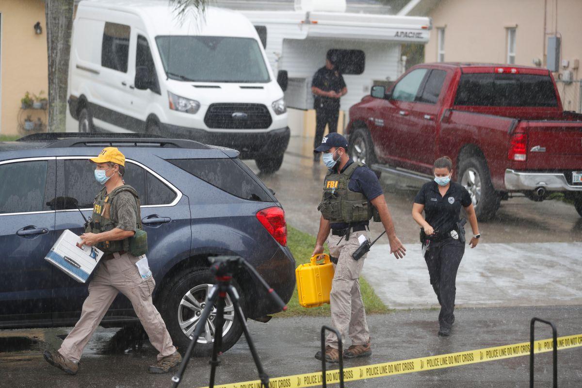 Agentes del FBI con material incautado en la vivienda de Brian Laundrie, en North Port, Florida.