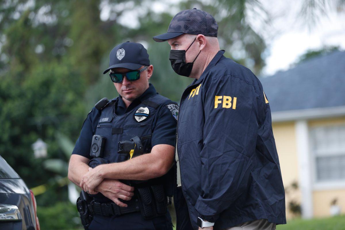 Agentes de la policía de North Port y del FBI recopilan evidencia en la vivienda de Brian Laundrie.