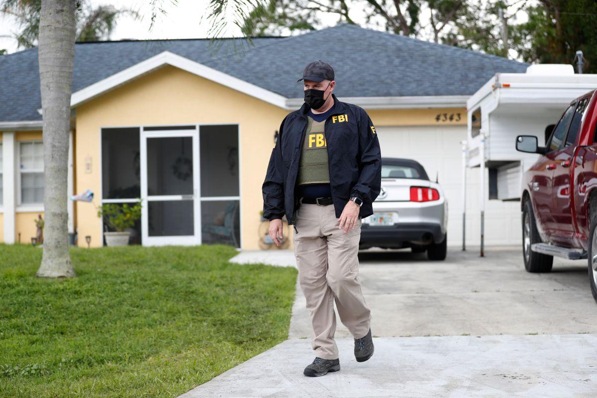 Un agente del FBI en la vivienda de Brian Laundrie, en North Port, Florida.