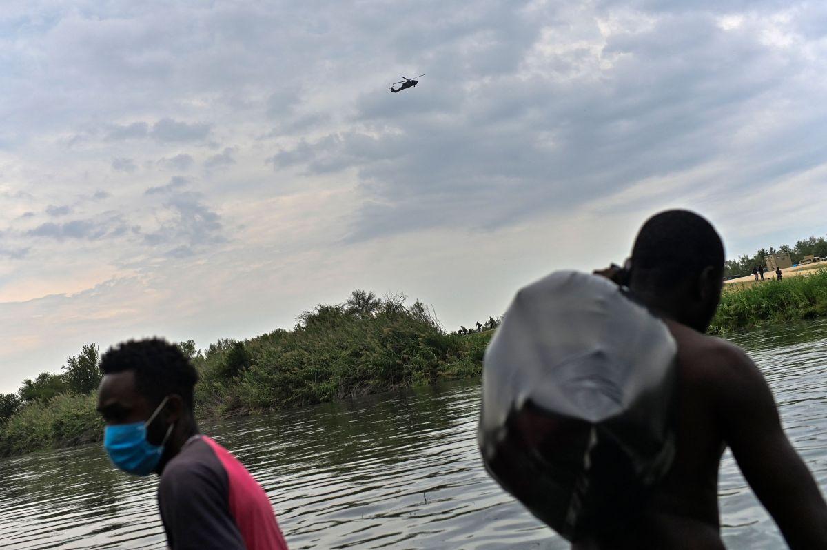Inmigrantes haitianos cruzan el Río Grande por Ciudad Acuña, en el estado de Coahuila.