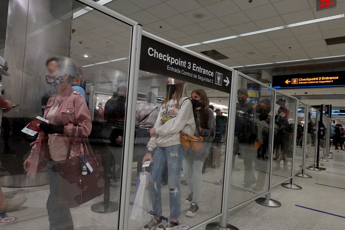 """Viajeros en el Aeropuerto Internacional de Miami, Florida, durante el fin de semana de """"Labor Day""""."""