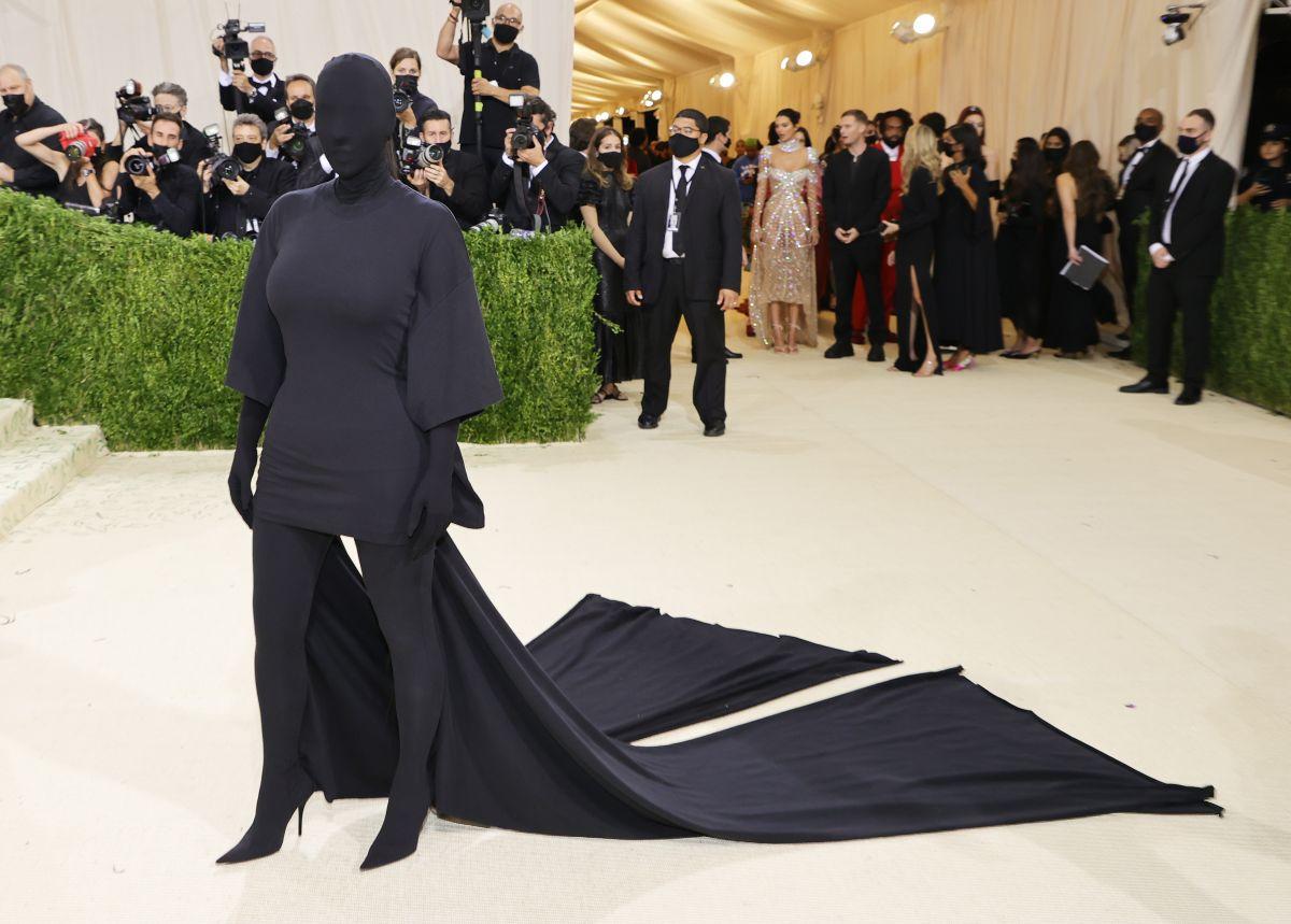 Kim Kardashian destaca en la MET Gala 2021 vestida completamente de negro