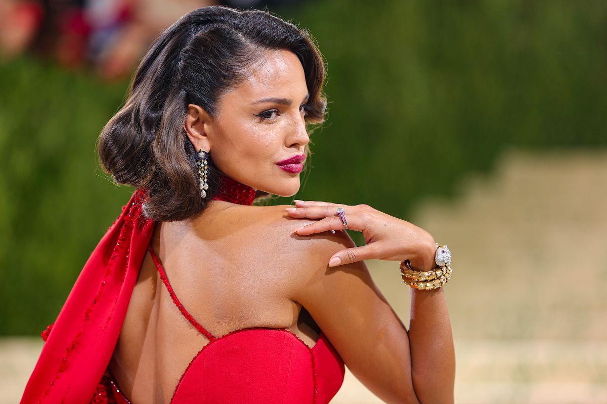 Eiza González deslumbra en la alfombra roja de la MET Gala 2021.