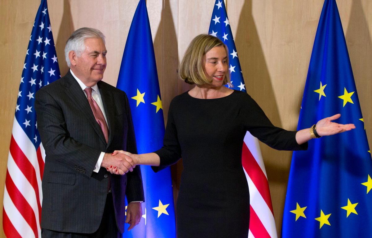"""Tras superar diferencias diplomáticas la UE y EE.UU. inaugurarán """"cooperación tecnológica""""Tillerson meets his EU and NATO counterparts in Brussels today to shore up ties, with allies insisting he still plays a """"key role"""" despite doubts over his future, before a two-day NATO meeting set to focus on North Korea's missile programme and concerns over perceived hostility from Russia.  / AFP PHOTO / POOL / Virginia Mayo        (Photo credit should read VIRGINIA MAYO/AFP via Getty Images)"""