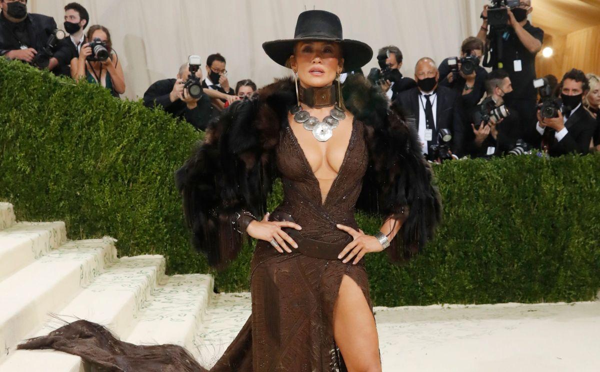 Jennifer Lopez llegó como una sexy vaquera: sombrero y escote hasta la cintura a la Met Gala 2021.