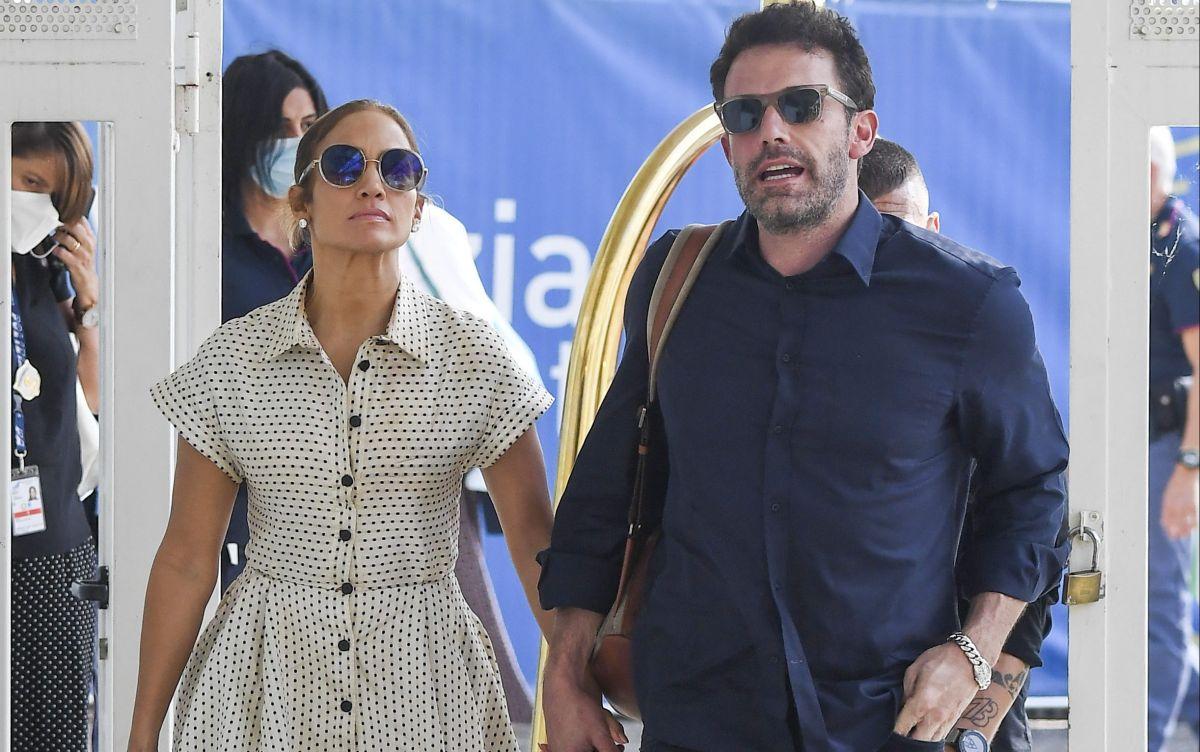 Jennifer Lopez va a evento en El Bronx mientras Ben Affleck es capturado fumando a escondidas.