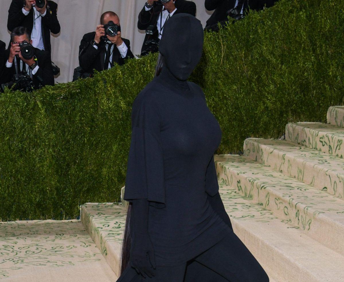 Lili Estefan imita a Kim Kardashian y aparece vestida toda de negro incluyendo el rostro.