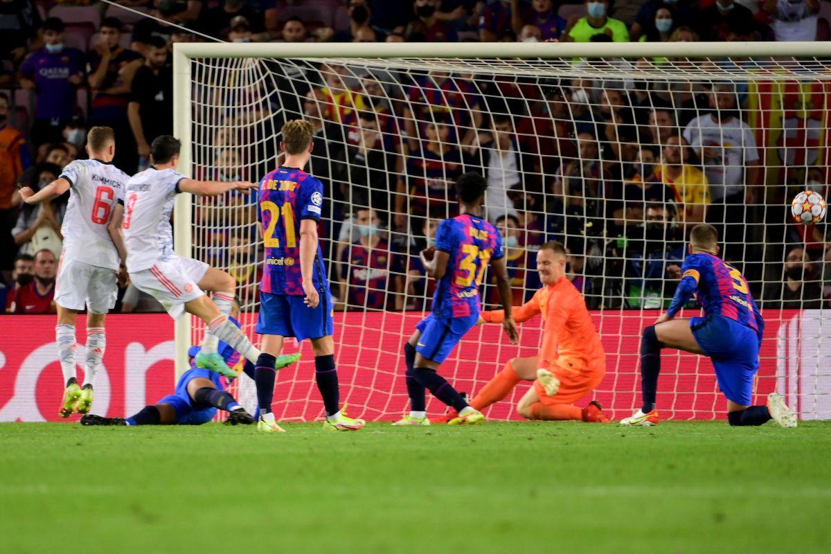 Piqué quedó sin respuesta ante el goleador polaco.