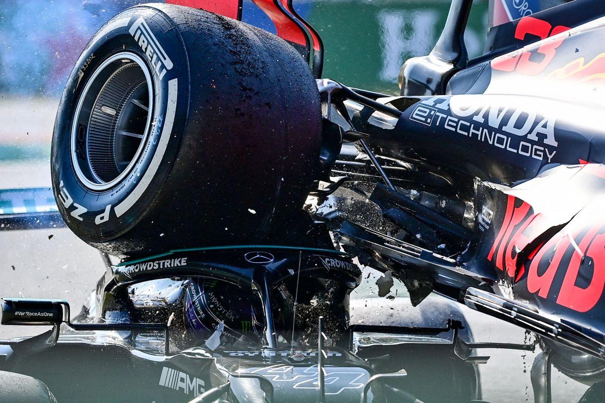 La rueda trasera derecha del auto de Verstappen le pasó justo por encima a Hamilton.
