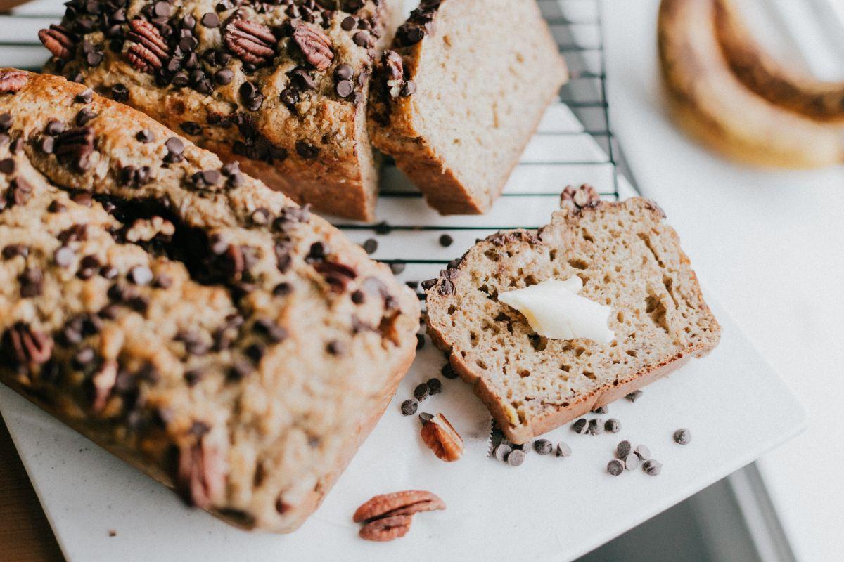 Una rebanada de pan integral o de grano entero, aporta en promedio 80 calorías. Mucha fibra y nutrientes que benefician la salud, combate la diabetes y la obesidad.