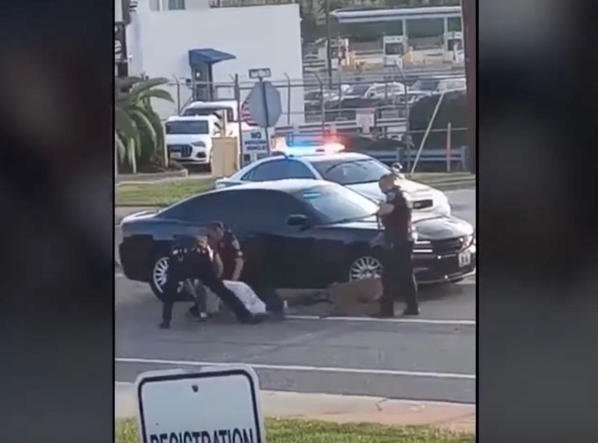 VIDEO: Perro policía muerde a hombre detenido; piden investigar a agentes por brutalidad policial