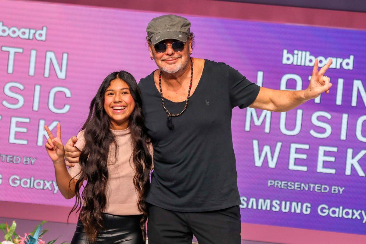"""Fher Olvera, líder de Maná, y la joven Mabel, de 12 años de edad, posan durante el apartado """"Dentro del alma de un artista"""" de la Conferencia de los premios Latin Billboard en el Faena Fourm de Miami."""