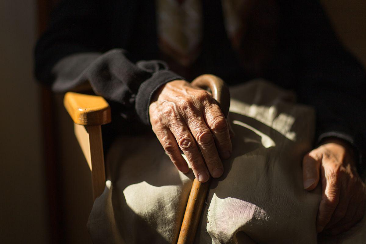 El hombre de 86 años es viudo y desafortunadamente, no hay quien vea por él.