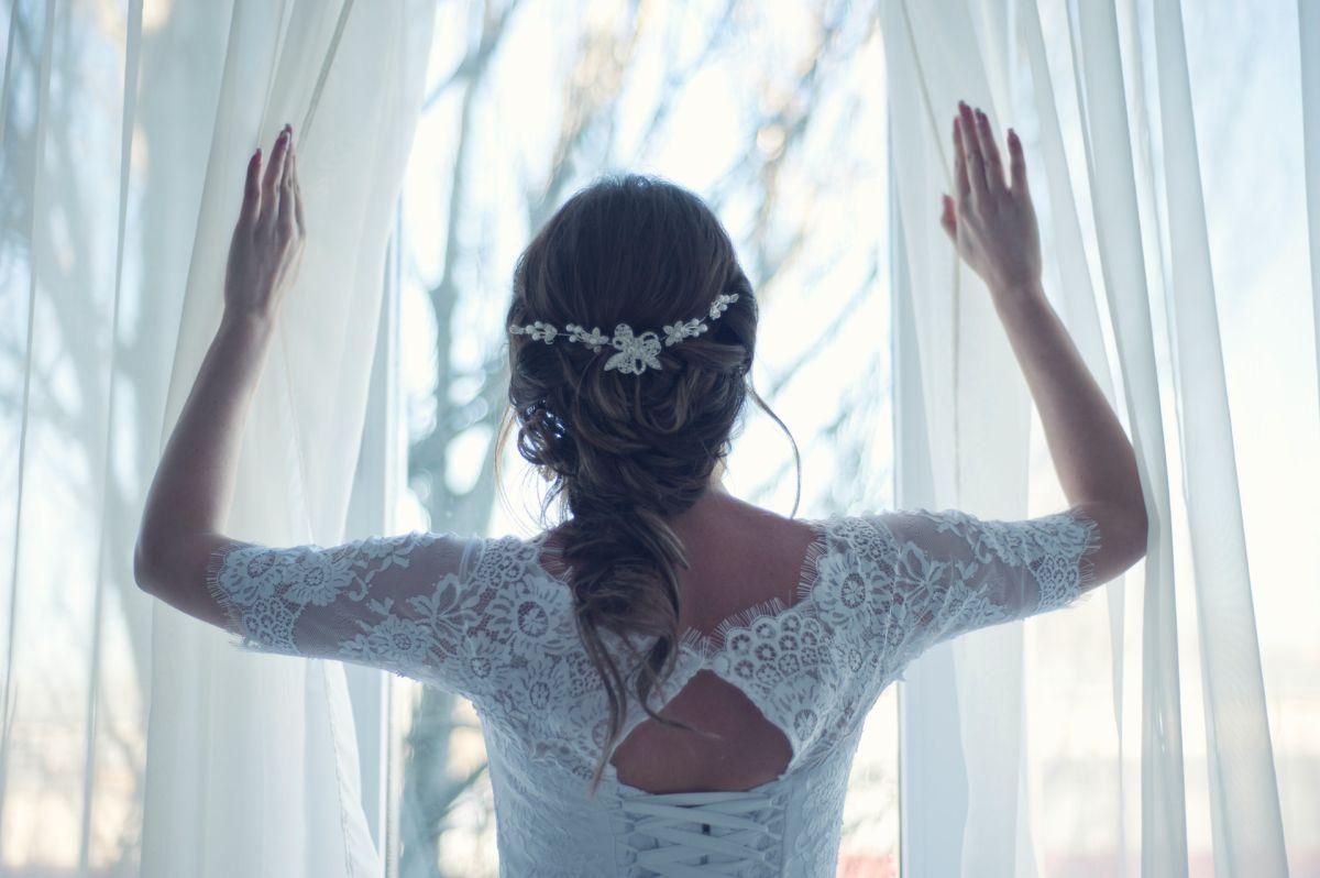 La mujer apareció en la iglesia donde se llevaban a cabo los servicios fúnebres con ramo en mano.
