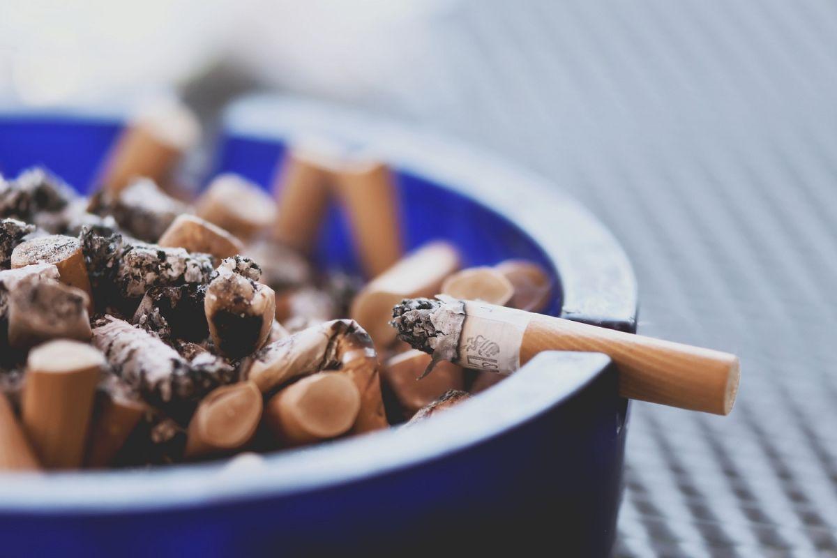 Fumar es un hábito que puede desencadenar cáncer de pulmón y de otros tipos.