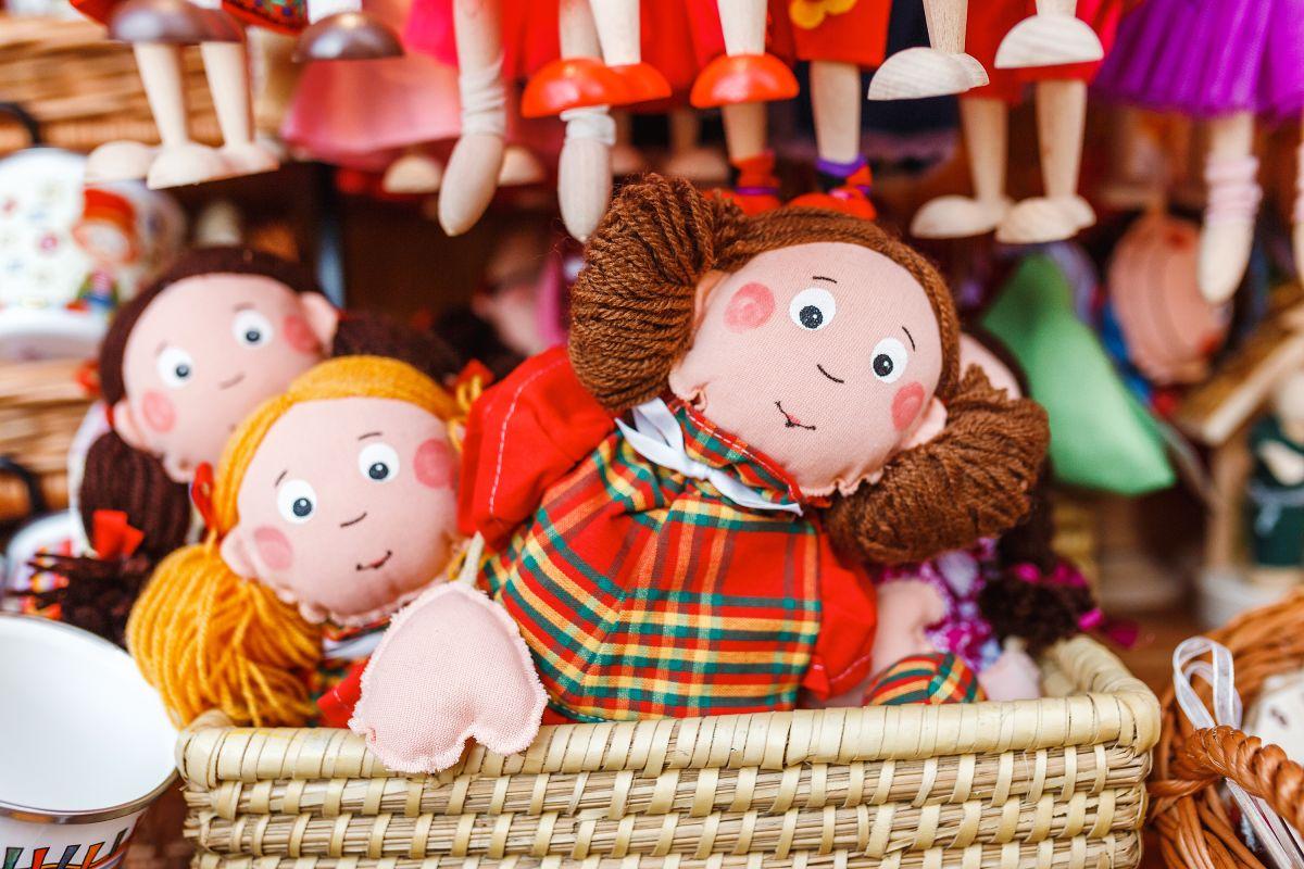 La muñeca se llama Emily y aparentemente fue la causante de que los antiguos dueños de la casa se fueran.