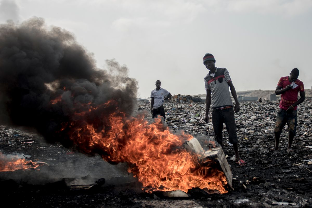 Quema de basura electrónica en Agbogbloshie, un barrio de Acra, la capital de Ghana.