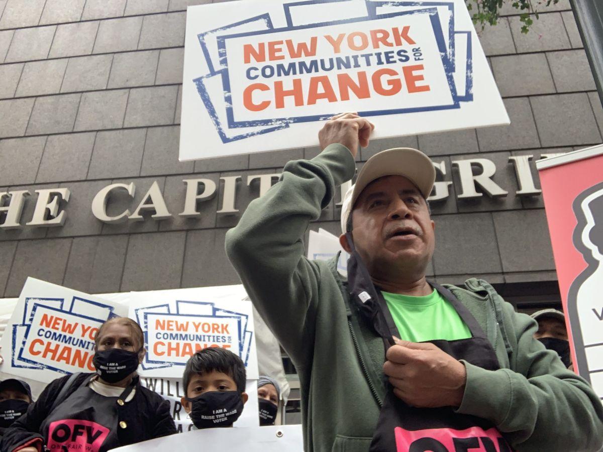 Exigen igualdad en salario mínimo para trabajadores de propinas con protesta en The Capital Grille