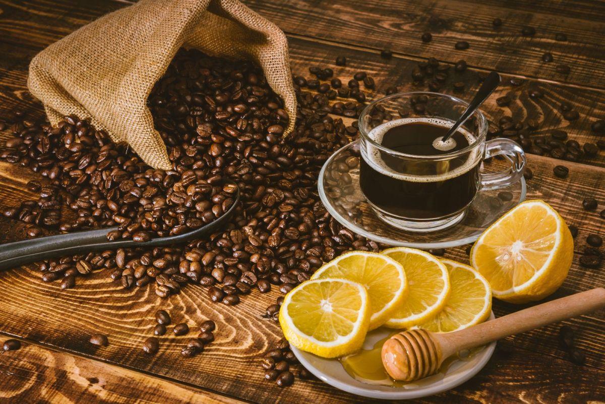 Para elaborar el café con limón, la fórmula recomendada es la siguiente: 1 taza (240 ml) de café con el jugo de 1 limón recién exprimido.