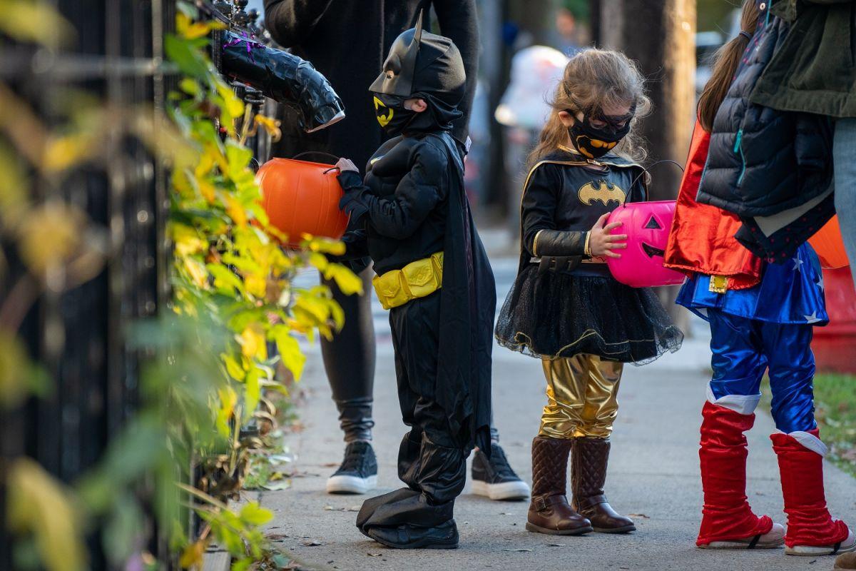Mantener las actividades de Halloween al aire libre es una buena opción para que los más pequeños se diviertan.