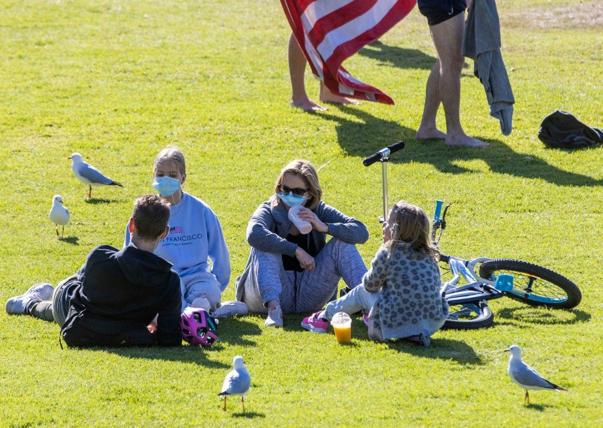 Usar mascarillas en exteriores puede reducir más el riesgo de contagiarse de COVID.