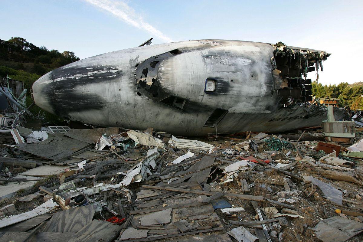 Una avioneta se desplomó en California esta tarde y dejó al menos dos personas sin vida.