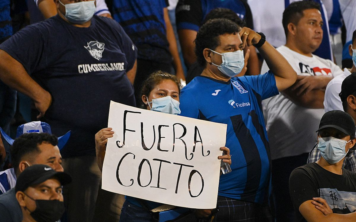 Los fanáticos en San Pedro Sula mostraron su descontento con el entrenador Fabián Coito.
