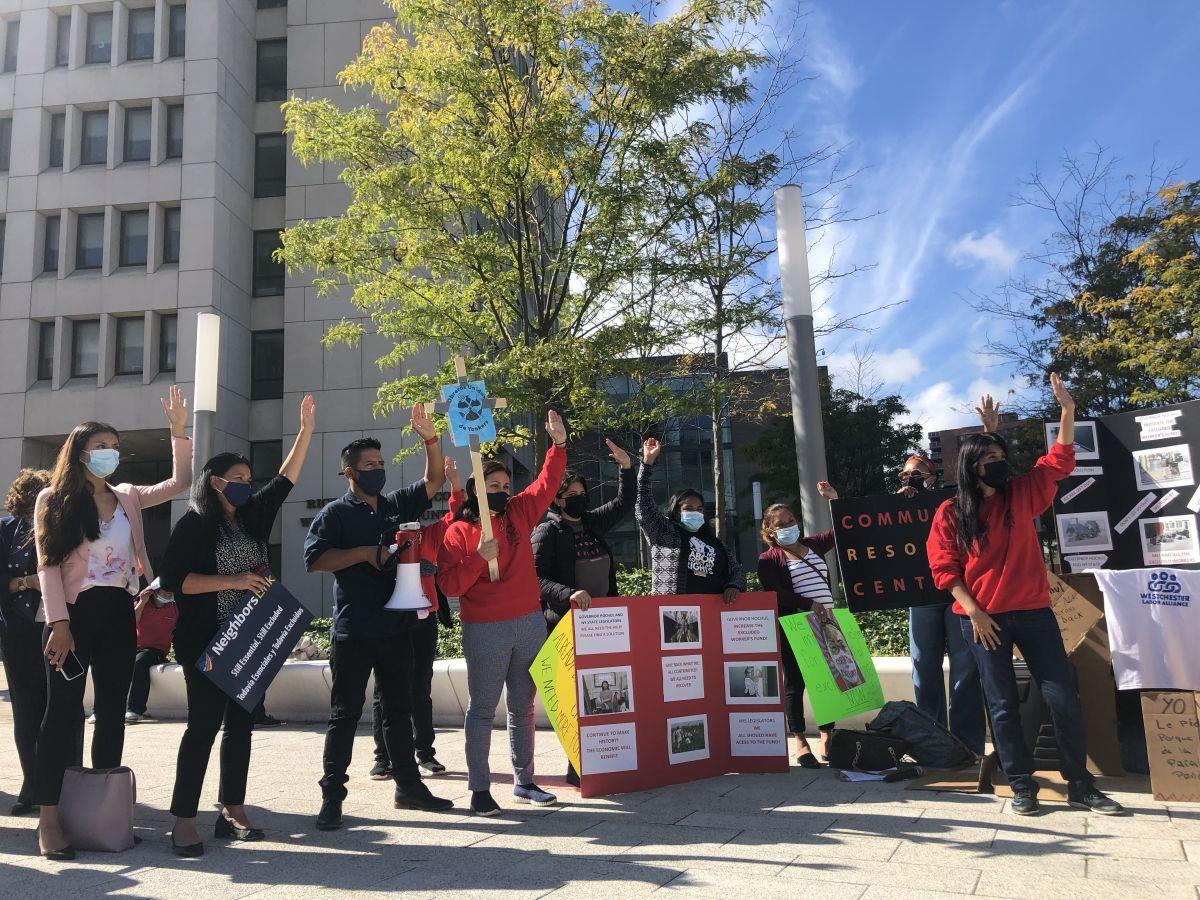 Los manifestantes piden que se destinen más fondos para que todos los trabajadores reciban el alivio.