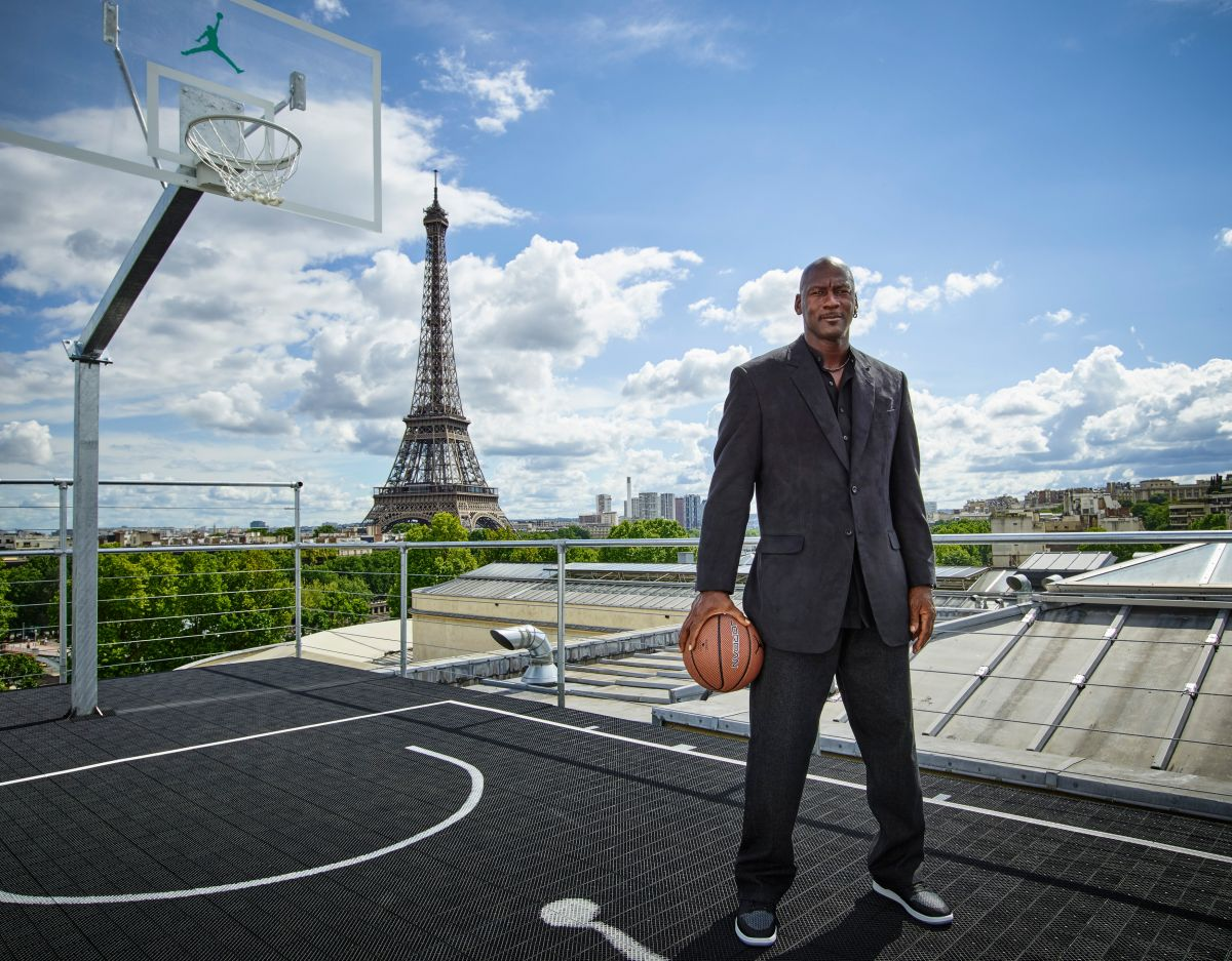 Michael Jordan visitando el Palais 23 en su vuelta a Francia  para conmemorar el 30 aniversario del Air Jordan One de 1985.