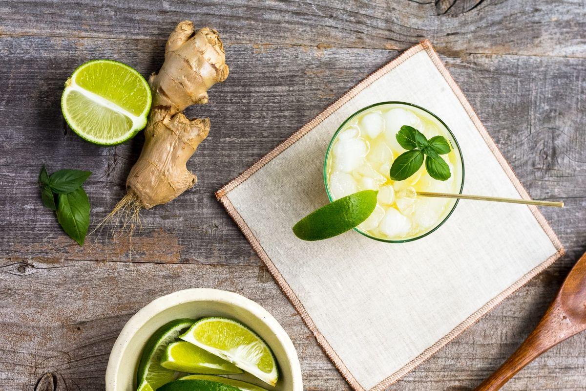 Integrar el consumo de bebidas naturales con ingredientes antioxidantes y antiinflamatorios como el jengibre, limón, perejil, cúrcuma y caldo de huesos; es un gran aliado para disminuir el dolor crónico de las articulaciones.