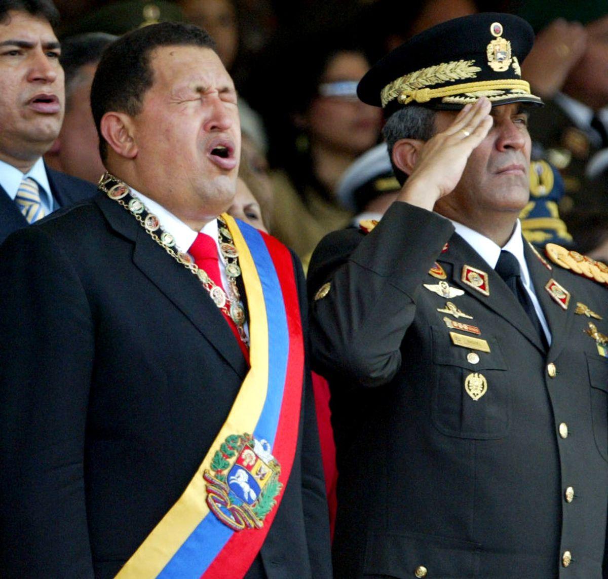 El presidente venezolano Hugo Chávez junto al general Raúl Baduel, durante un desfile militar en 2007 en Caracas, Venezuela.